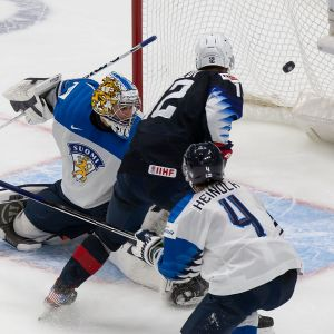 Matthew Boldy on karannut maalintekoon Ville Heinolalta. Boldy nostaa kiekon ohi Kari Piiroisen.