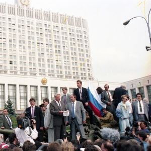 Boris Yeltsin seisoo tankin päällä eduskunnan edessä.