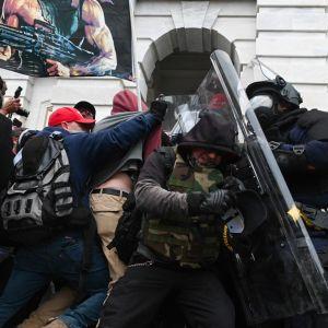 Mielenosoittajat ja mellakkapoliisit ottavat yhteen Yhdysvaltain kongressin edessä.