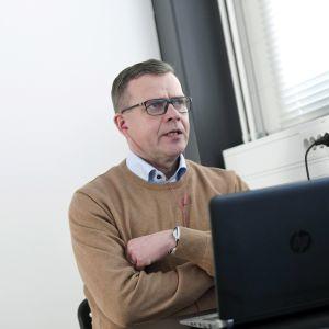 Petteri Orpo puhuu kannettavan tietokoneen ääressä.