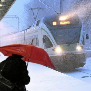 Matkustaja odottaa junaa Tapanilan asemalla Helsingissä.