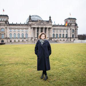 Afra Gloria Müller on berliiniläinen demokratia-aktivisti. Hänet kuvattiin Saksan parlamenttirakennuksen eli Reichstagin luona.