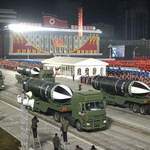 Pohjois-Korea esitteli sotilasparaatissa uusia sukellusveneestä laukaistavia ohjuksia.