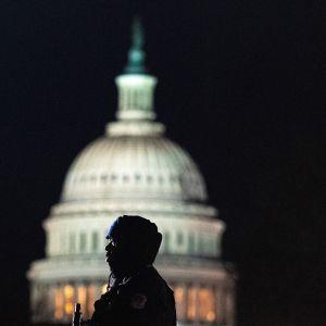 Sotilaan siluetti, taustalla Capitol.