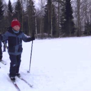 lapset hiihtää giffissä
