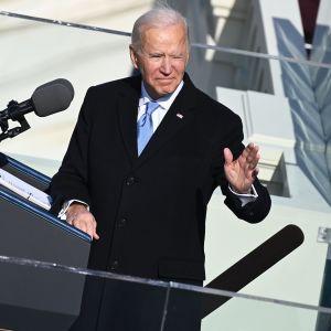 Joe Biden puhuu virkaanastujaistilaisuudessa.