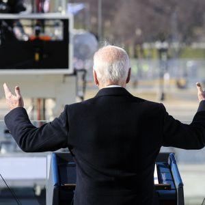 Joe Biden puhuu kädet levällään.