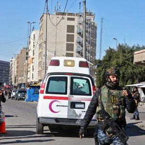 Sotilaita ja ambulanssi räjähdyspaikalla.