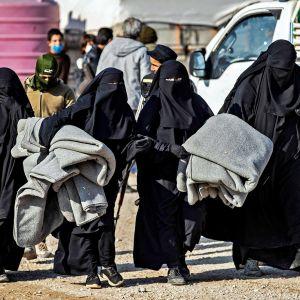 Naisia Al-Holin leirillä.