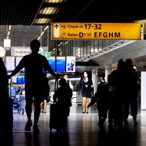 Ihmisiä Amsterdamin Schipholin lentoasemalla.
