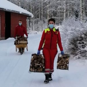 Eksoten ensihoitajat kantamassa puita iäkkäälle pariskunnalle kiireettömällä tehtävällä Etelä-Karjalassa