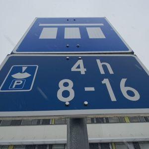 Pysäköintiä ohjaava liikennemerkki Seinäjoen sairaala-alueella.