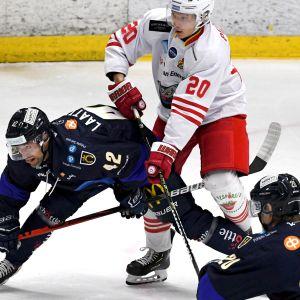 K-Vantaan Juuso Perttilä (20) ja K-Espoon Arto Laatikainen Mestiksen ottelussa.