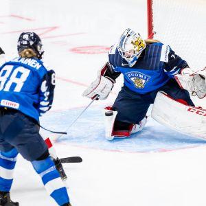 Eveliina Suonpää torjumassa Suomen maalilla sveitsiläispelaajan vetoa.