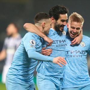 Manchester Cityn Ilkay Gundogan (keskellä) juhlii maalia Oleksandr Zinchenkon (oikealla) ja Phil Fodenin (vasemmalla) kanssa.