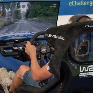 Esapekka Lappi ajamassa rallisimulaattorilla WRC eChallenge -tapahtumassa Jyväskylässä.