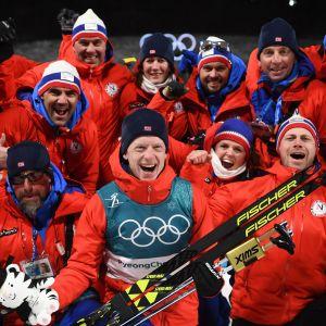 Norjalaisleirissä riitti hymyä Pyeongchangin talviolympialaisissa 2018. Kuvassa juhlitaan Johannes Thingnes Bön (alarivissä keskellä) normaalimatkalla voittamaa kultamitalia.