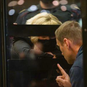 Aleksei Navalnyi neuvottelee asianajajansa kanssa oikeudenkäynnissä.