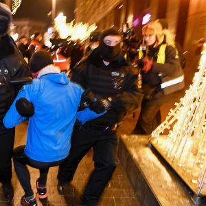 Poliisi pidättää mielenosoittajia Moskovassa.
