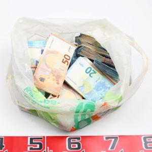 Helsingin poliisi tavarikoi tutkinnan yhteydessä lähes puoli miljoonaa euroa käteistä.
