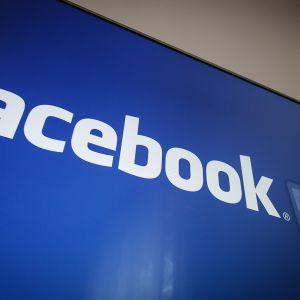 Facebookin logo tietokoneen ruudulla.