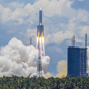 Tulipyrstöinen raketti nousemassa taivaalle.