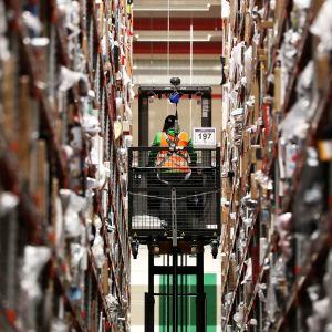 Työntekijä Amazonin logistiikkakeskuksessa.