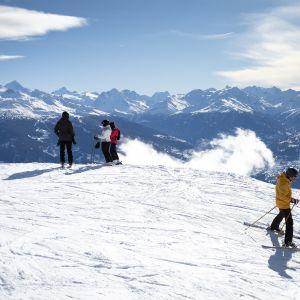 Sveitsin Anzeressa lasketeltiin kasvomaskien kera tammikuussa.