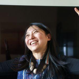 Wasiq Silan toiselta nimeltään I-An Gao hymyilee kädet ilmassa.