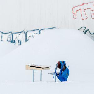 Pulpetti ja tuoli lumihangessa.