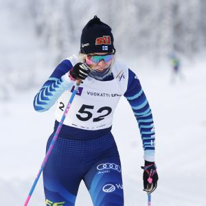 Vilma Ryytty hiihtää.