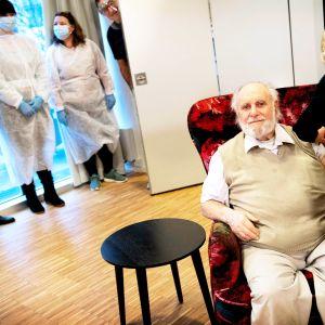 Iäkäs mies saa rokotuksen tanskassa.