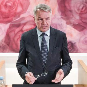 Pekka Haaviston tiedotustilaisuudessa.