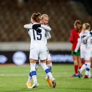 Naisten A-maajoukkueen Natalia Kuikka ja Emma Koivisto halaavat EM-turnauspaikan varmistuttua.