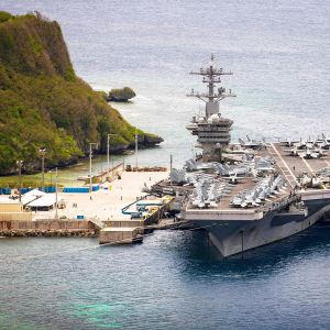 Lentotukialus USS Theodore Roosevelt satamassa.