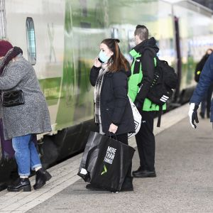 Hiihtoloman menoliikennettä Rautatieasemalla Helsingissä