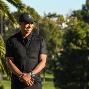 Tiger Woods hymyilee leveästi.