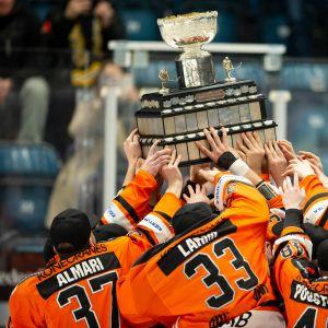 HPK-pelaajat nostavat Kanada-maljaa ilmaan keväällä 2019.