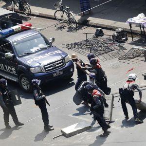 Mellakkapoliisi pidätti mielenosoittajia Yangonissa.