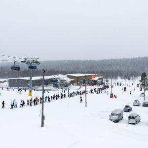 Laskettelijoita jonottamassa etelärinteillä Levin hiihtokeskuksessa Kittilässä 22. helmikuuta.