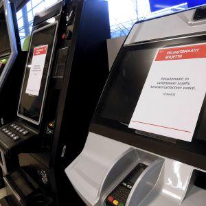 Suljettuja Veikkauksen peliautomaatteja helsinkiläisessä marketissa.