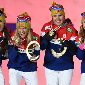 Heidi Weng, Therese Johaug, Tiril Udnes Weng ja Helene Marie Fossesholm voittivat naisten 4 x 5 kilometrin viestikultaa.