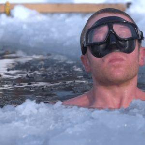 Kristian Mäki-Jussila sukeltaa veteen
