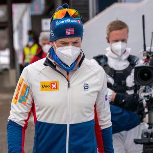 Johannes Hösflot Kläbo kävelee vakavana MM-kisa-alueella 50 kilometrin kilpailun jälkeen.