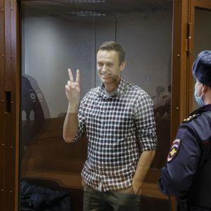 Aleksei Navalnyi näyttää voitonmerkkiä.