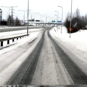 Liikennettä Tuusulantiellä Vantaalla 12. maaliskuuta 2021.
