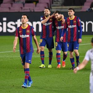 Barcelonan Lionel Messi juhlii avausmaaliaan muun muassa Jordi Alban ja Pedrin kanssa.