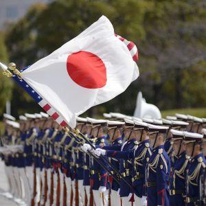 sotilaita ja lippu.