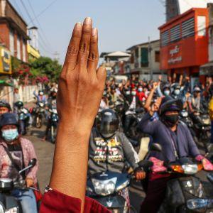 Mielenosoittajia kadulla Naypyidawissa.