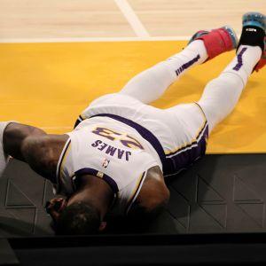 LeBron James makaa naamallaan kentän pinnassa.